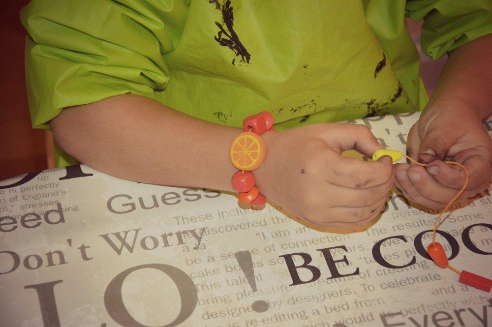 Ustvarjanje zapestnic in ogrlic (za darilo)