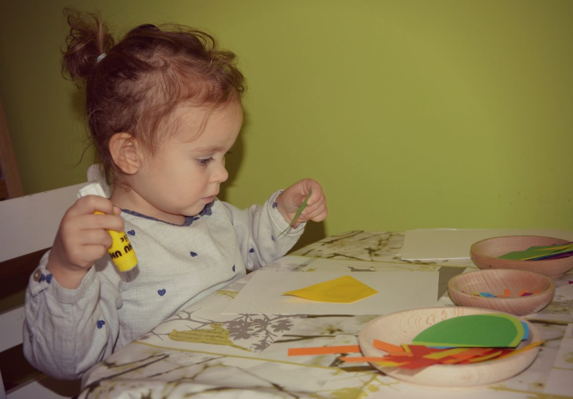 """Zarin 2. rojstni dan in rojstnodnevna aktivnost """"lepljenje tortic"""""""