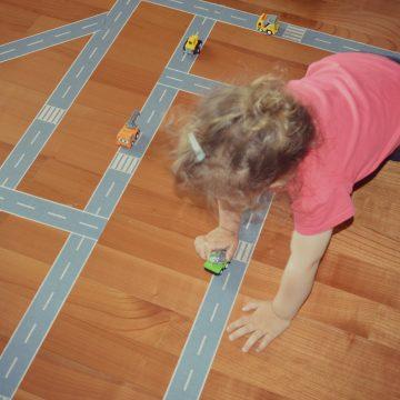 Igra s samolepilnim trakom cesta in železnica