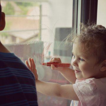 Risanje po oknu z barvicami Woody (Stabilo)